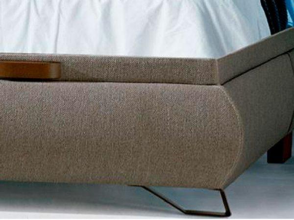 canapé tapizado con pata alta detalle